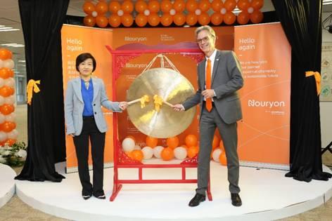 诺力昂负责全球乙烯、硫及衍生物事业部的执理会成员,中国区负责人Egbert Henstra(右)与表面化学亚太区总经理Olinda Qiu(左)在上海庆典现场敲锣庆祝新公司成立