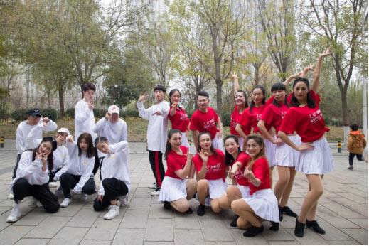 """广场舞冠军与街舞""""华山论剑"""" <font color=red>最</font>年轻广场舞队长要跳到世界"""