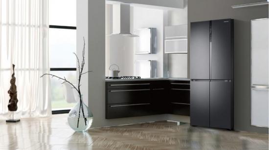 """巧妙地融合 """"黑色金属""""的欧式设计理念,极大提升了冰箱的感官体验."""