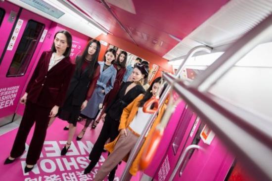 2019哈尔滨时装周地铁秀,让时尚成为全民乐趣!