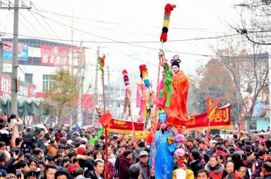 南阳市公安局青华派出所护航民俗表演欢度元宵节