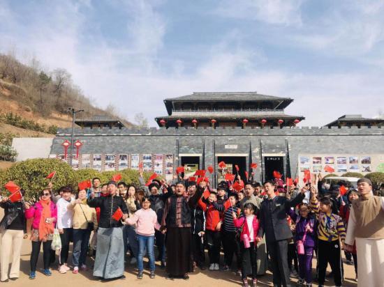 峥嵘七十载,共筑中国梦---白鹿原影视城大型快闪表演燃爆了这个周末!