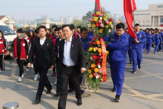 清明扫墓祭先烈 革命精神永不忘 ---大桥石化党委到郑州烈士陵园缅怀先烈