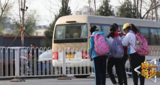 校门口交通混乱的背后竟是教育的问题 《向前一步》携手众人为孩子搭起更安全的成长之路