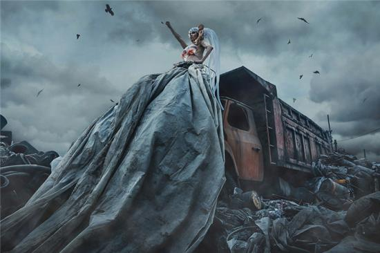 行为艺术家万云峰出新作 废墟大片引人关注