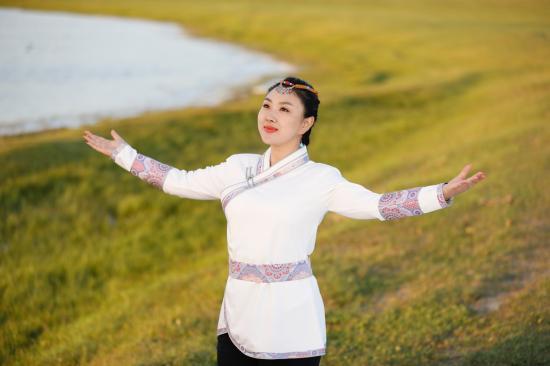 美女歌手肖洋放歌草原 献唱《飞向草原》